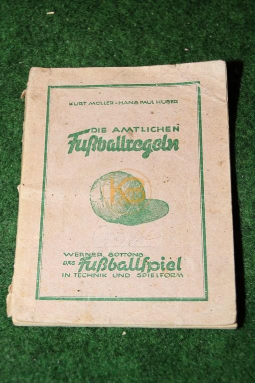 Die amtlichen Fußballregeln von Kurt Müller und Hans Paul Huber aus dem Jahr 1948.