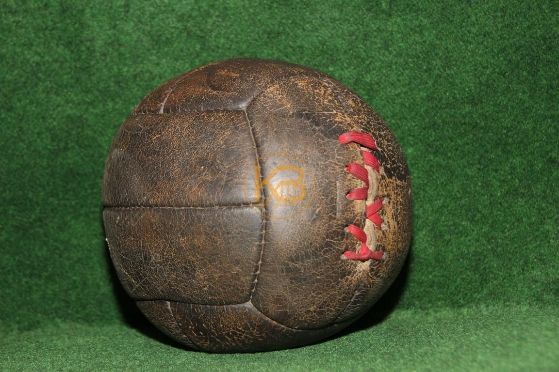 Alter Fussball mit der klassischen Naht um die Blase zu verschließen, da noch kein Ventil vorhanden. Vom Vorbesitzer für die Form gefüllt.