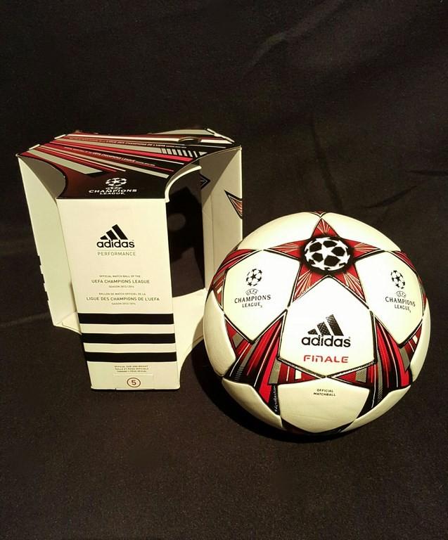 Der offizielle Spielball der ADIDAS Frauen Champions League Final Ball vom Finale 2013/14 in Lissabon mit Originalverpackung.
