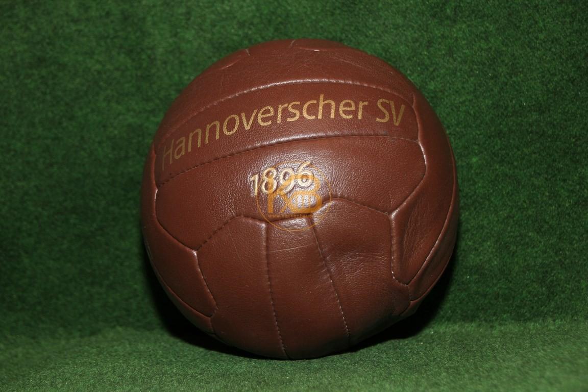 Ein Ball der von der Optik her in diesen Zeitraum passt. Herausgegeben von Hannover 96.