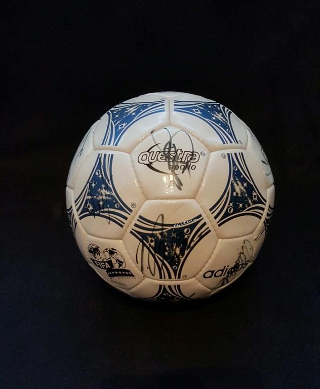 ADIDAS Questra der offizielle Spielball von der WM 1994 in den USA mit Originalautogrammen vom VFL Wolfsburg.