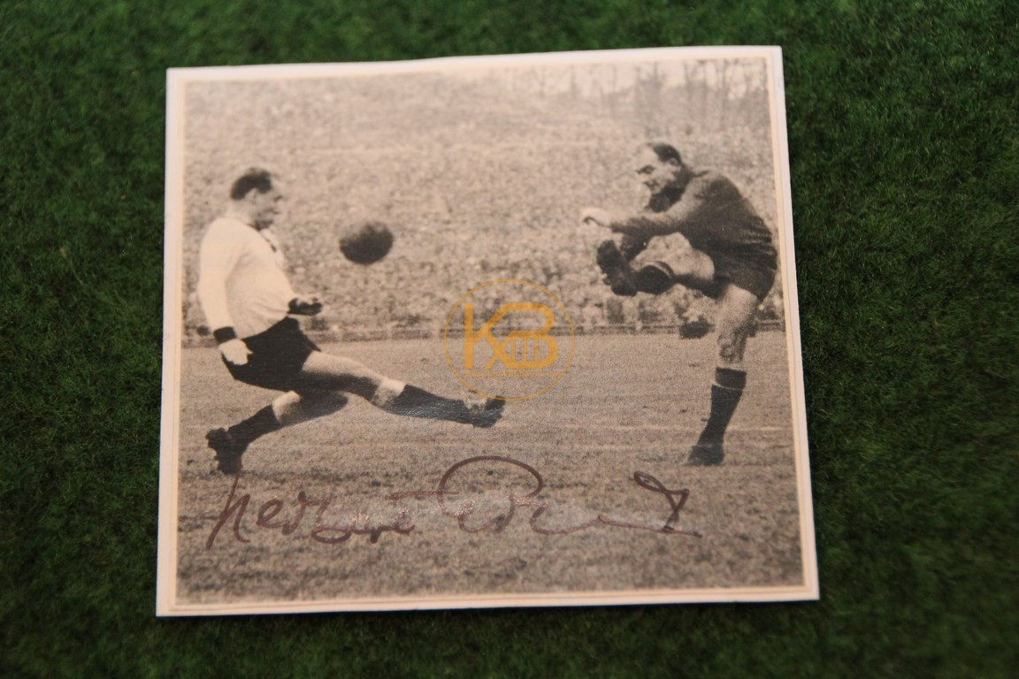 Foto von ??? im Dress der Nationalelf mit original Autogramm.