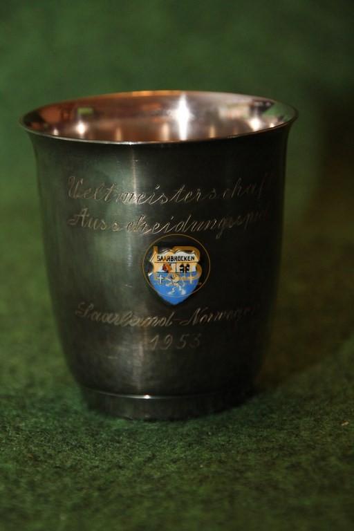 Versilberter Pokal im Andenken an das WM Ausscheidungsspiel Saarland (!!!) – Norwegen 1953 aus dem Nachlass von Herbert Neuberger.