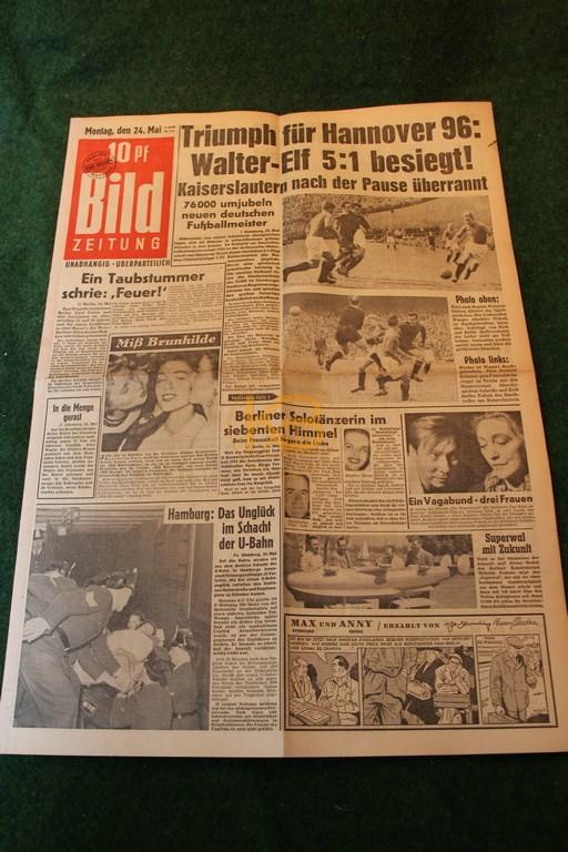 Original Bild Zeitung aus dem Finalort Hamburg vom Finalsieg der Deutschen Meisterschaft 1954 gegen Kaiserslautern.