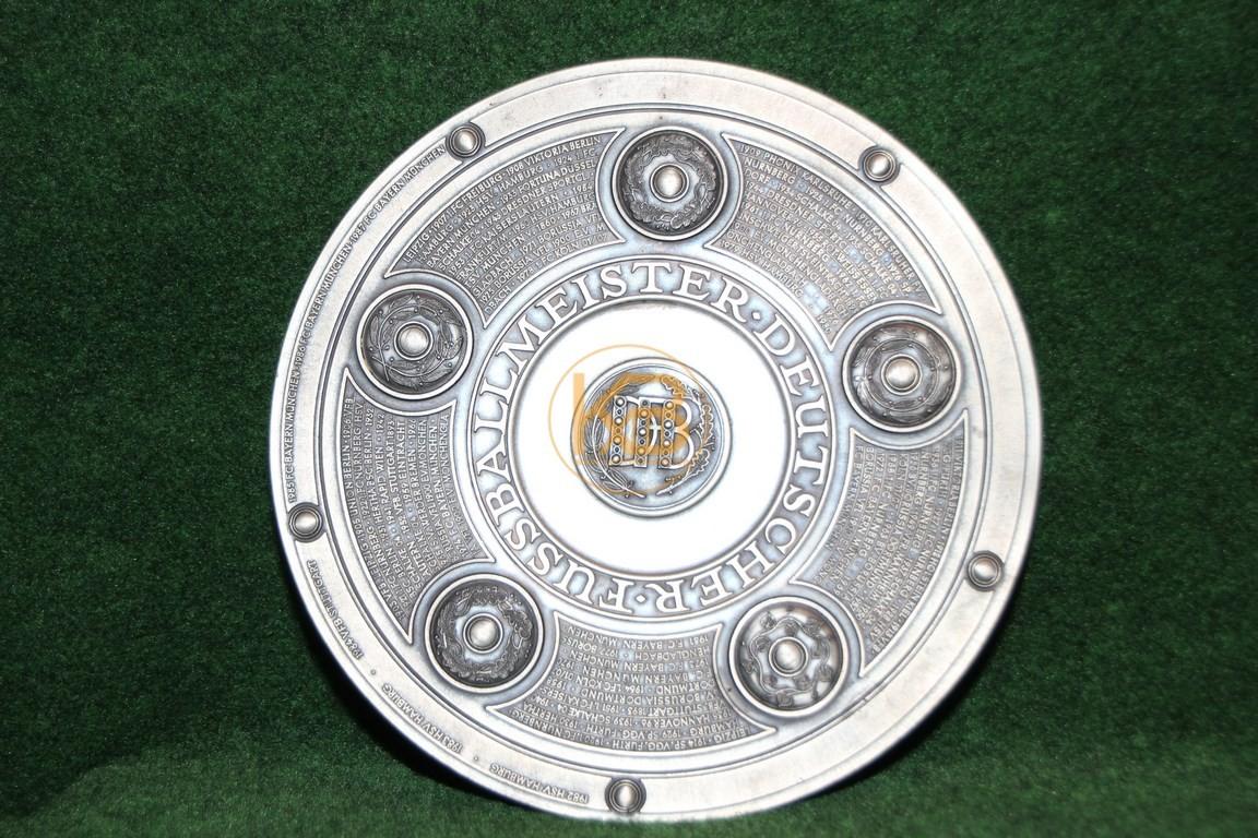 Original Miniaturnachbildung der Meisterschaftsschale des deutschen Fussballmeisters von Zinn Becker mit allen Meistern bis 1987.