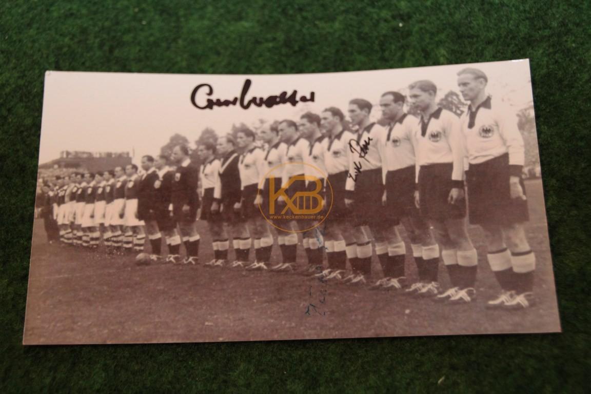 Bild der deutschen Nationalmannschaft vor dem Spiel  gegen Irland 1952 mit original Autogrammen von Retter, o. Walter und Röhrig.