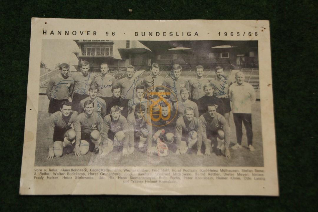 Mannschaftsbild von Hannover 96 aus der Saison 1965/66 mit allen original Unterschriften.