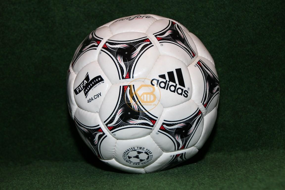Adidas Tricolore im neuen unbespielten Zustand.