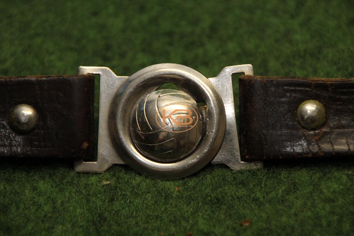 Alter Ledergürtel mit der Lasche in Form eines Fußballs aus den 1950er Jahren 2/2