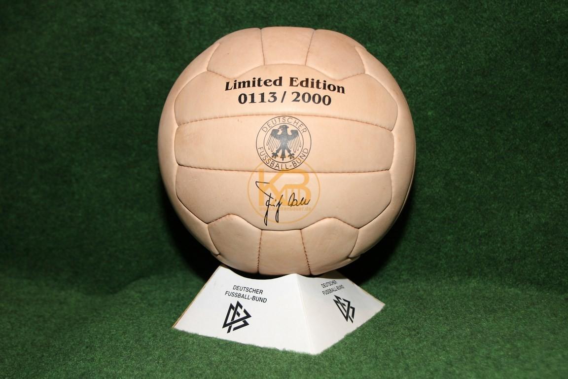 Ein Ball der von der Optik her in diesen Zeitraum passt. Ausgegeben vom DFB in limitierter Auflage aus dem Jahr 2000.