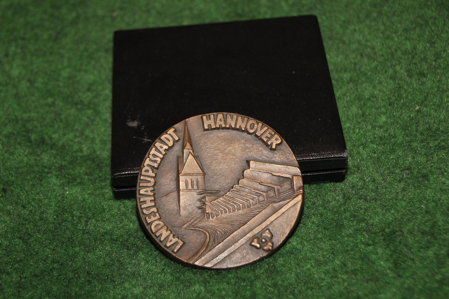 Gedenkmedailie an die Flutlicht Premiere des Niedersachsenstadionens vom 15.12.1965. 1/2