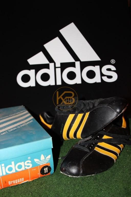 Ein doppeltes Paar Adidas Uruguay was ich über ein großes Online-Auktionshaus abgegeben habe.