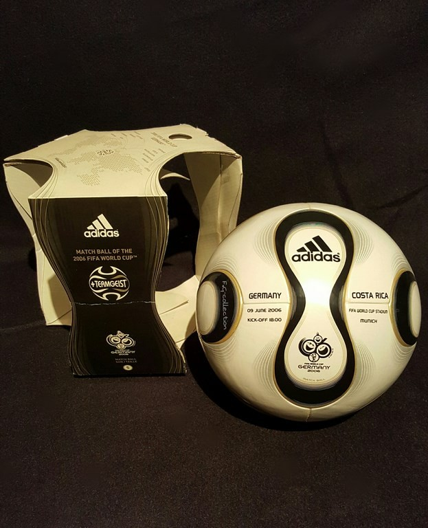 ADIDAS Teamgeist der offizielle Spielball von der WM 2006 in Deutschland mit Originalverpackung hier in der Eröffnungsspielvariante.