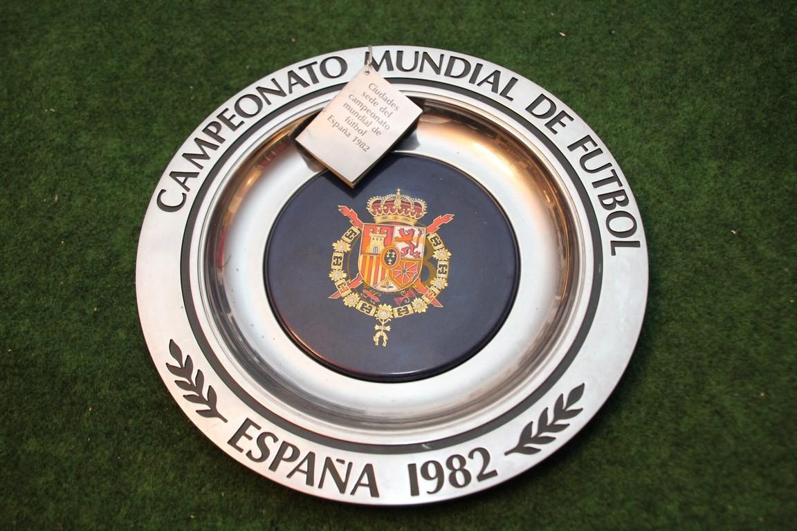 Original Zinnteller der Fußball WM 1982 in Spanien punziert inkl. Zettel mit den Spielorten