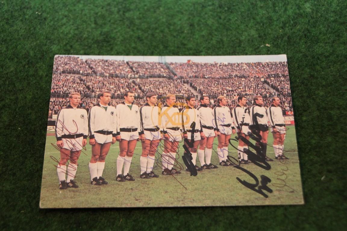 Diverse Original-Autogramme von der Nationalmannschaft auf einer Bergmann Sammelkarte aus dem Jahr 1969/70.
