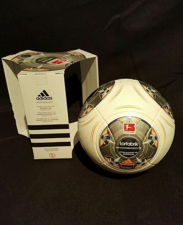 ADIDAS Torfabrik der offizielle Spielball der Fussball Bundesliga der Saison 2013/14 mit Originalverpackung.