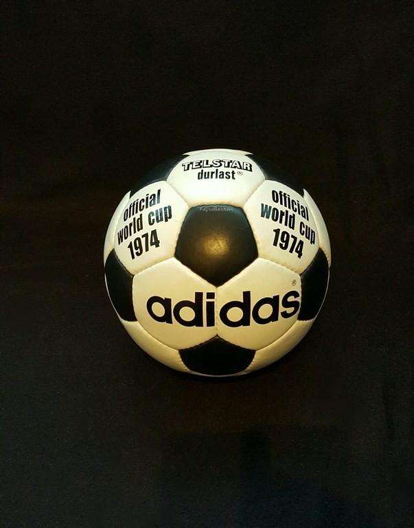 ADIDAS Telstar Durlast der offizielle Spielball von der WM 1974 in Deutschland.