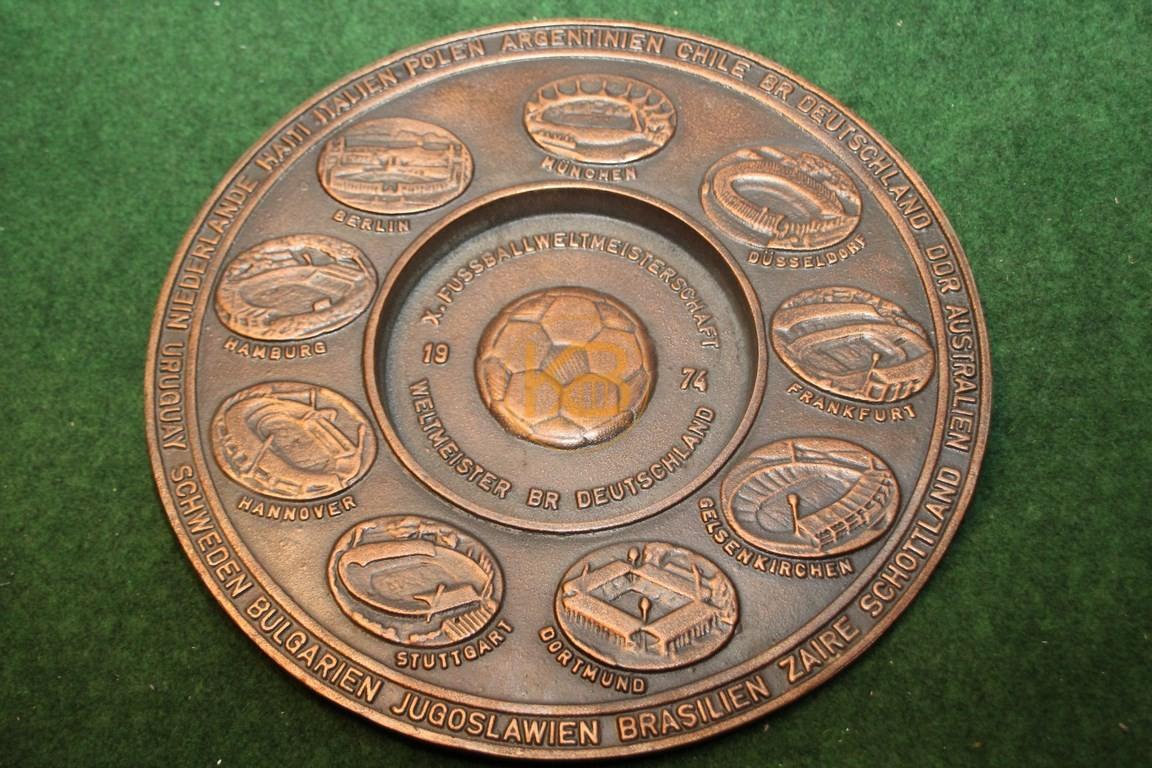 Limitierte Schale der Fußball Weltmeisterschaft 1974 mit allen Stadien und Mannschaften. Der Durchmesser der Schale beträgt 25 cm.