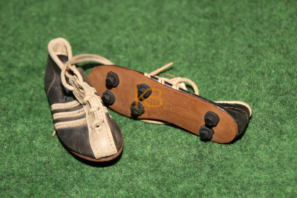 Alte mini Fußballschuhe von Adidas mit Schraubstollen.
