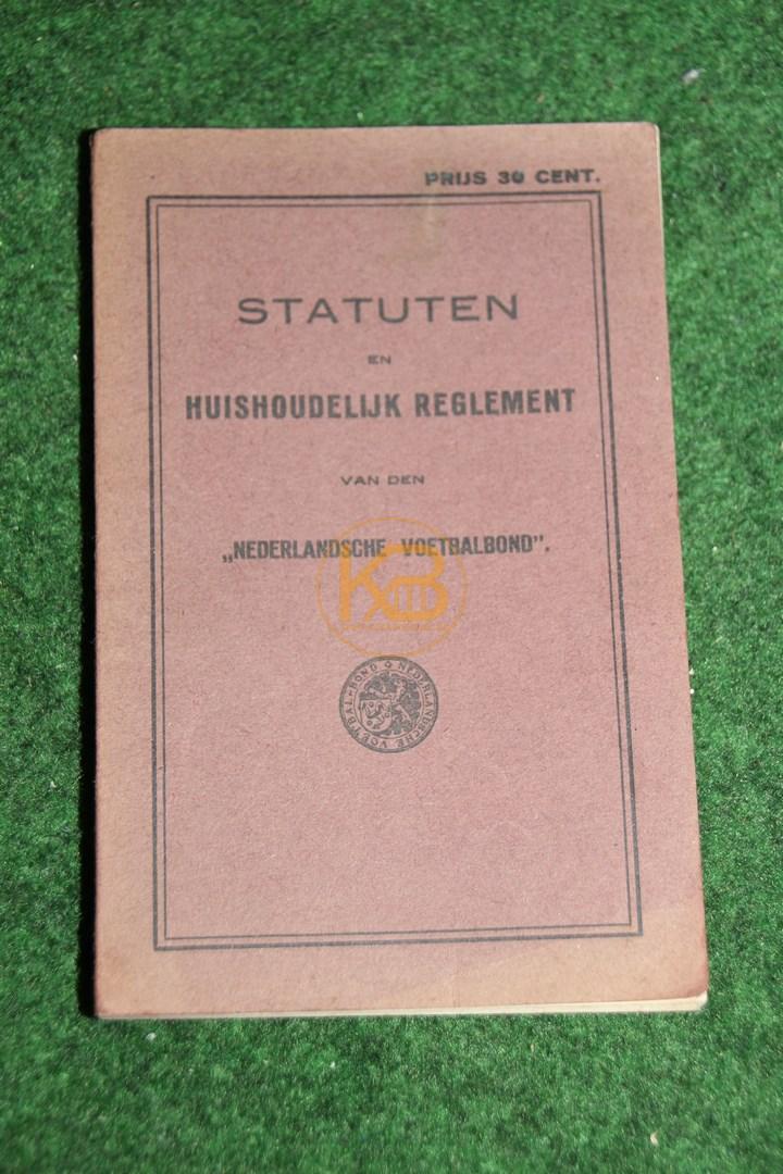 """Satzung und Statuten der """"Dutch Football Association."""" Diese tritt am 16.08 1926 in Kraft. Besonderheit erst ab dem Jahr 1929 wurde der Fußballverband königlich."""