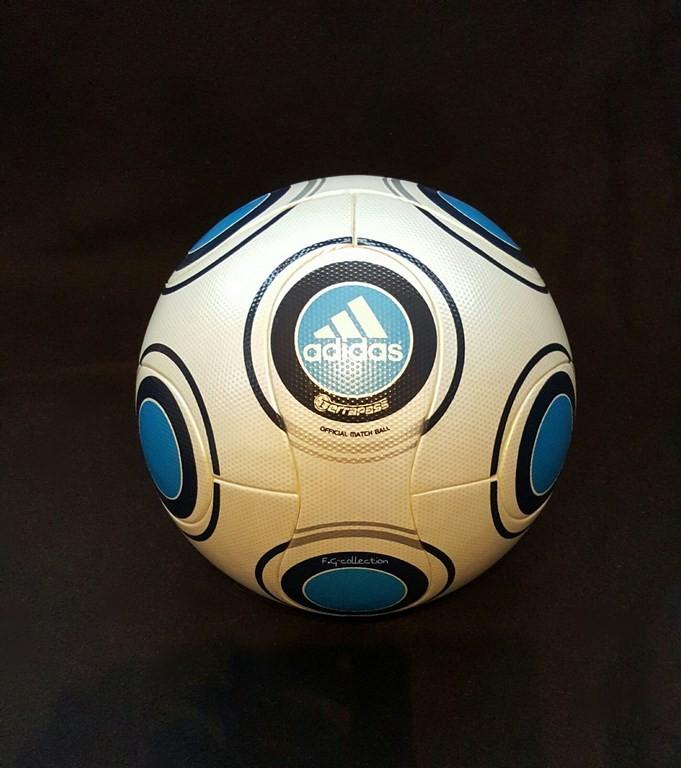 ADIDAS Terrapass der offizielle Spielball von der Frauen EM 2009 in Finnland.