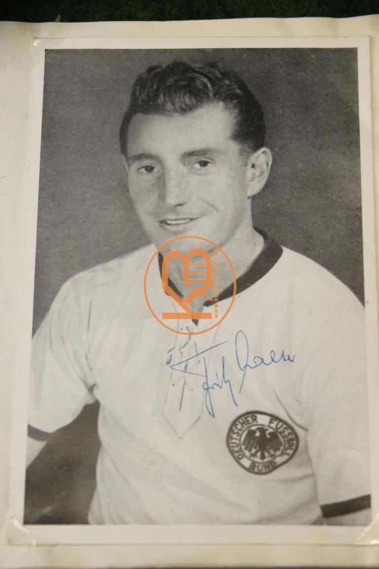 Autogrammkarte mit dem original Autogramm von Fritz Walter im Deutschland Trikot