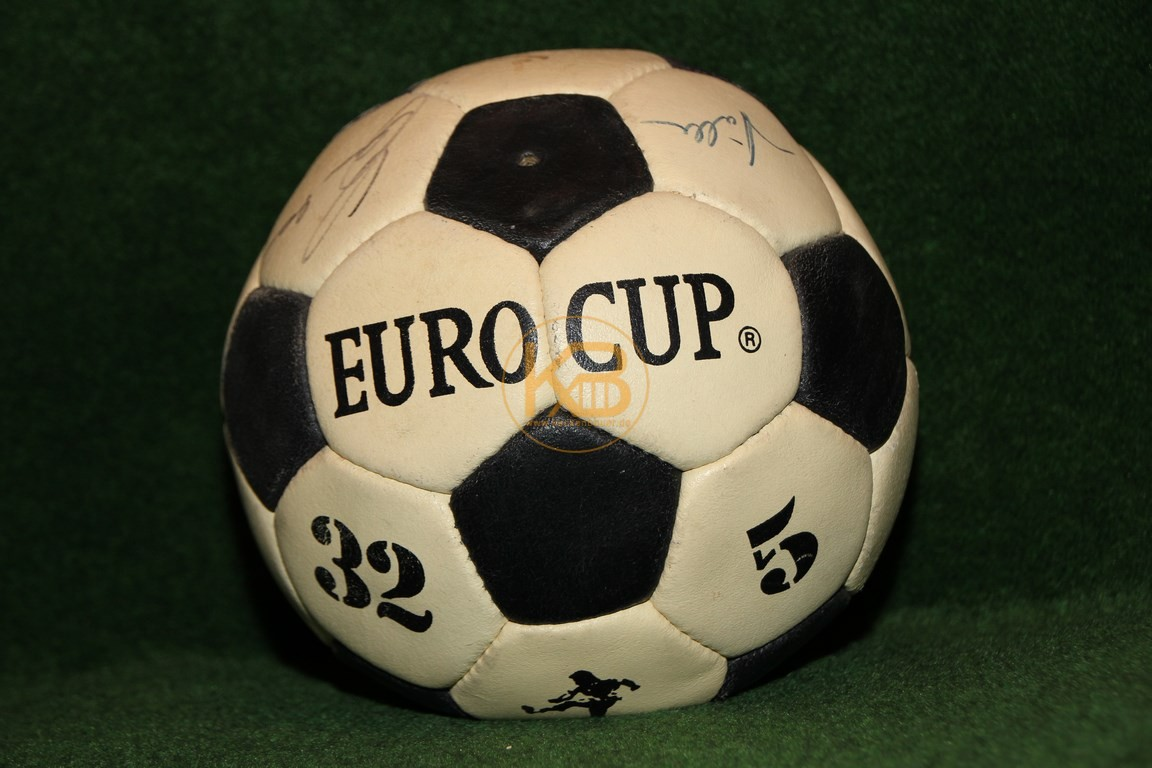 Fußball Europacup mit von mir NOCH unbekannten Unterschriften. Wer kann helfen?