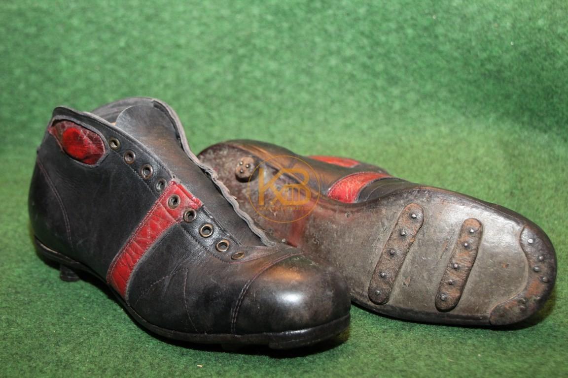 Alte schwarze hohe Fußballschuhe mit genagelten Stegen vermutlich aus den frühen 1930ern.