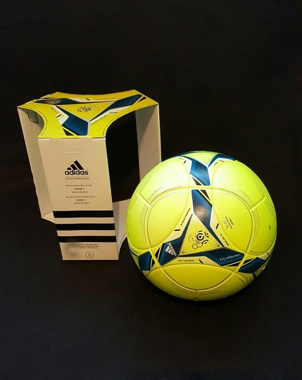Gelber ADIDAS Performance der offizielle Spielball der Lique 1 der Saison 2015/16 mit Originalverpackung.