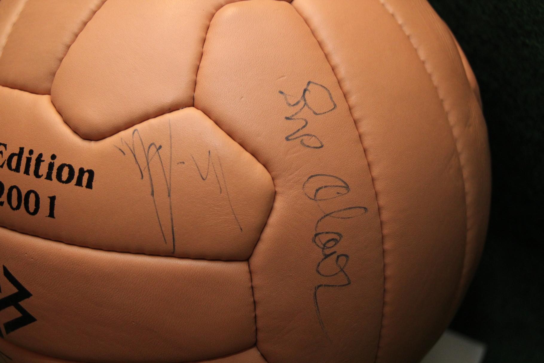 Limitierter DFB Ball mit den Autogrammen von Sepp Maier und Klaus Fischer.