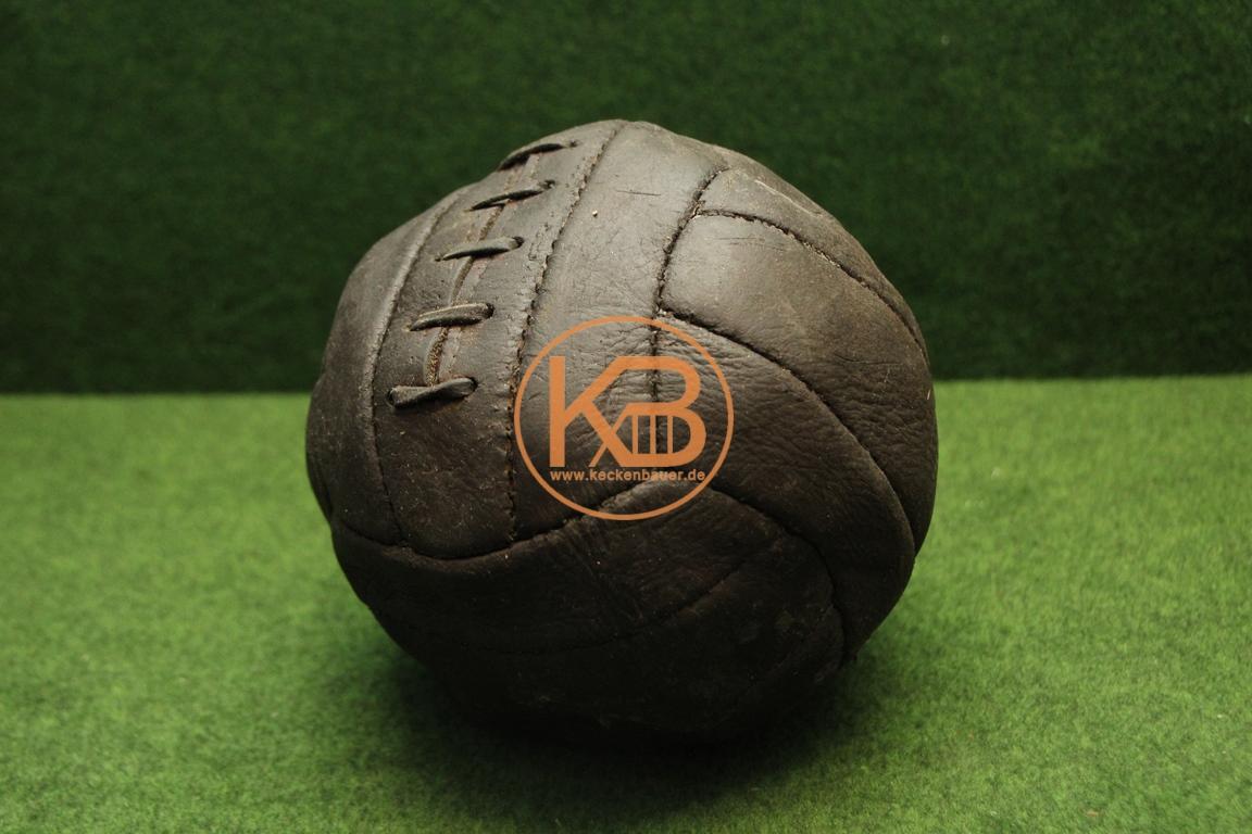 Alter Fußball aus Leder vermutlich aus den 1930ern