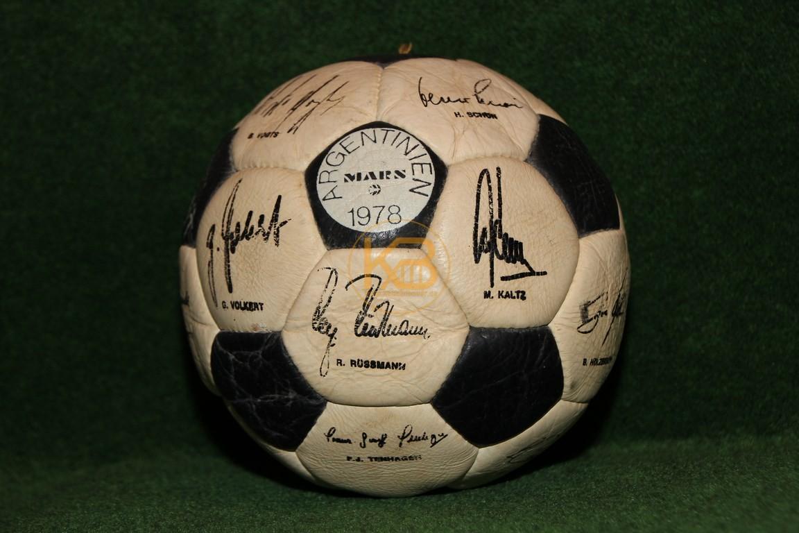 Ball von Mars mit aufgedruckten Unterschriften des Weltmeisterkaders der WM 1978 in Argentinien.