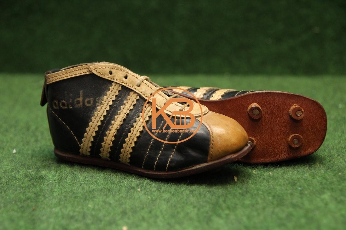 Alte Mini Fußballschuhe aus den 1950er der Firma Adidas.