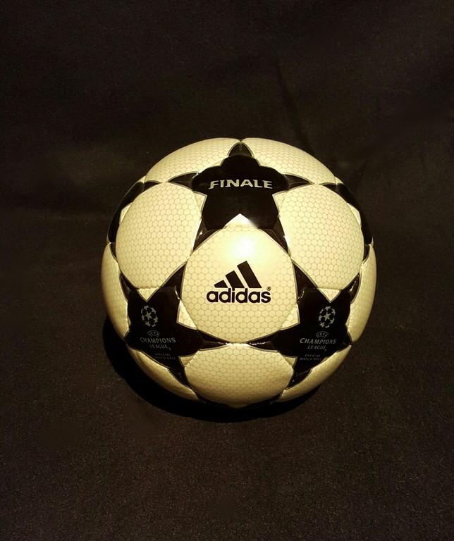 Der offizielle Spielball der ADIDAS Champions League Final Ball vom Finale 2001/02 in Glasgow.
