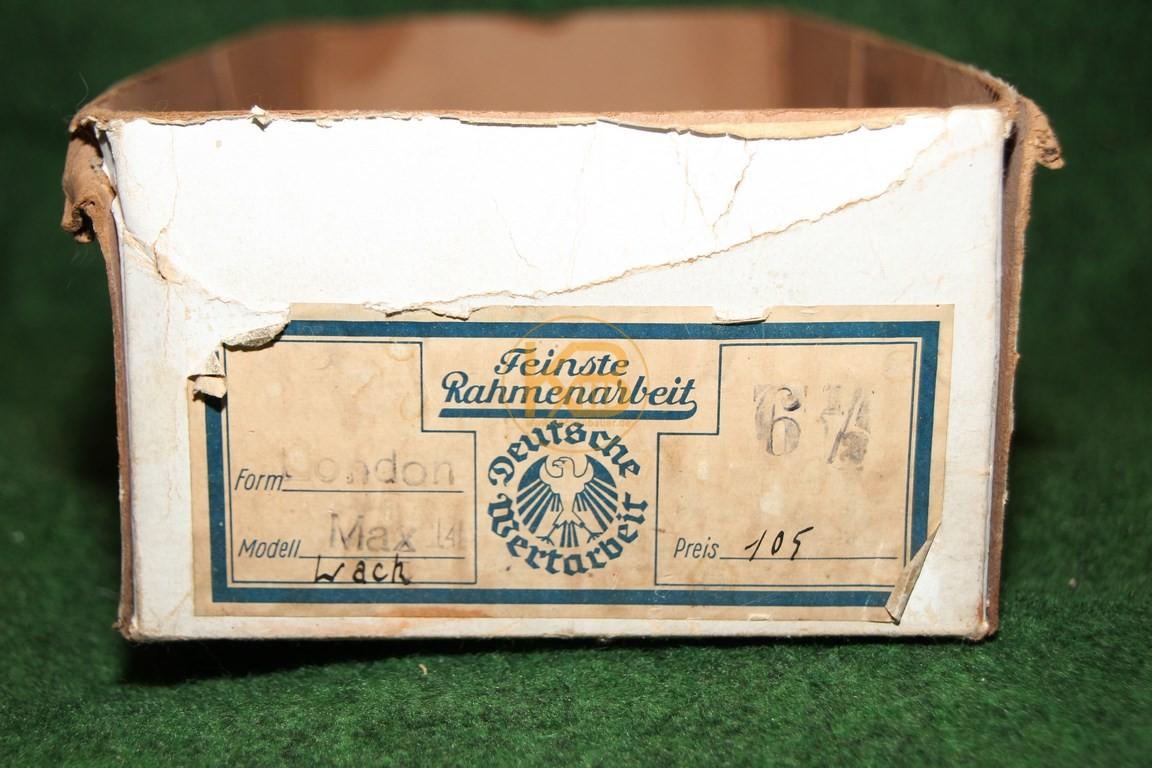 Hoher schwarzer Fußballschuh Form London Modell Wack mit genagelten Vorwerk-Zwillingsstollen und original Karton. 2/2