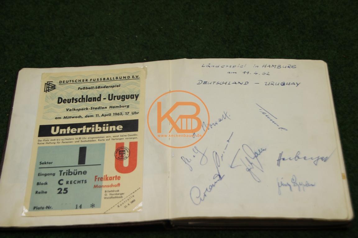 Original Eintrittskarte vom Spiel Deutschland gegen Uruguay am 11.04.1962 in Hamburg mit den origi-nal Autogrammen eines Teils der deutschen Mannschaft