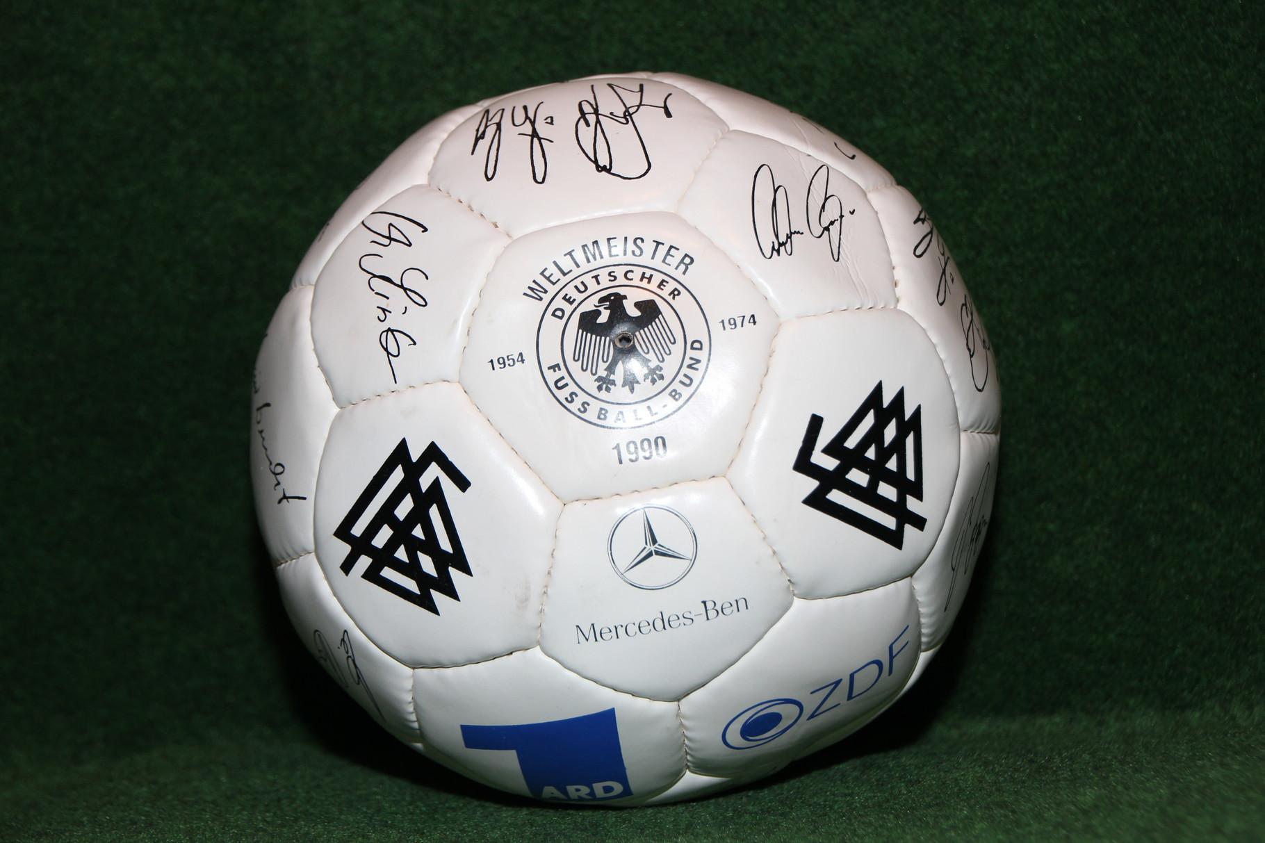 Ball mit aufgedruckten Unterschriften des Weltmeisterkaders der WM 1990 in Italien.