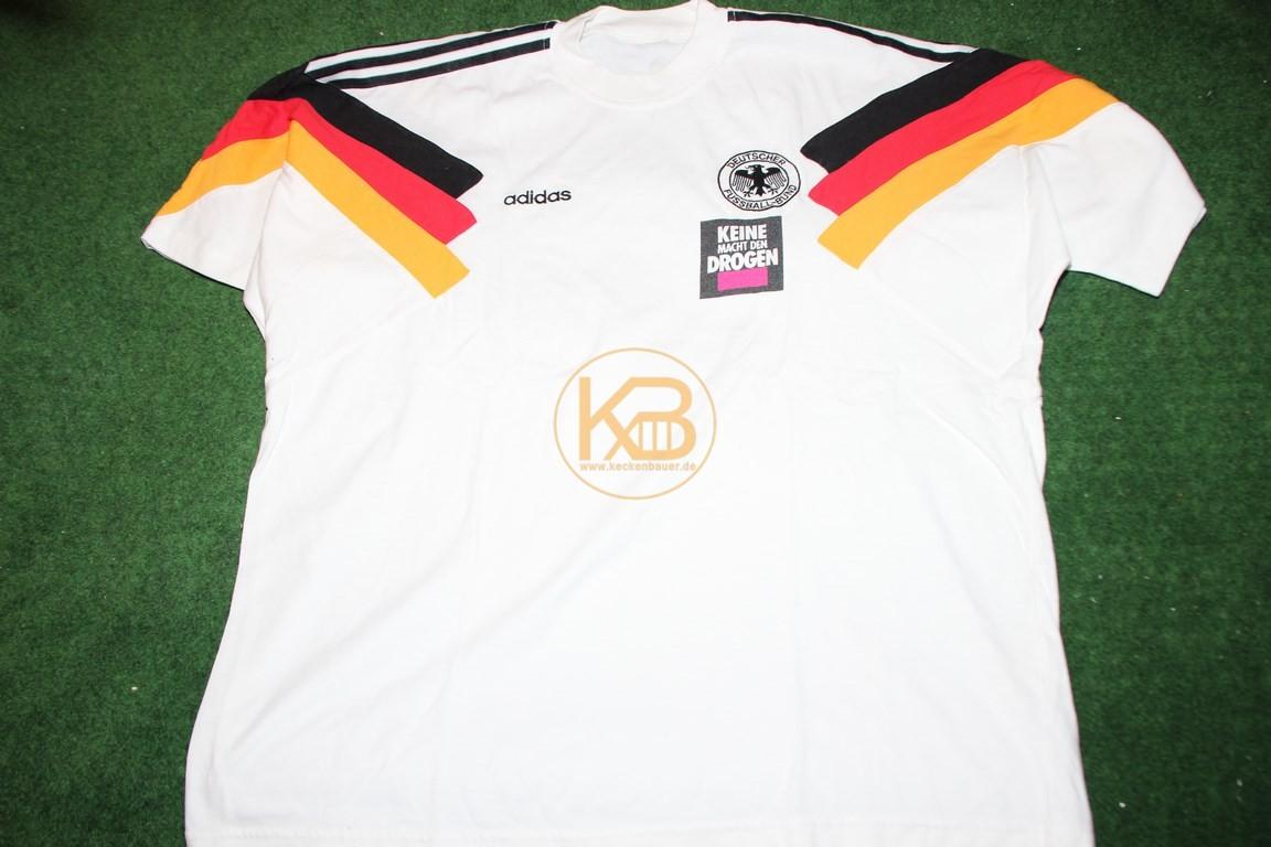 """Aufwärm T-Shirt mit der Aufschrift """"Keine macht den Drogen"""" von Adidas."""