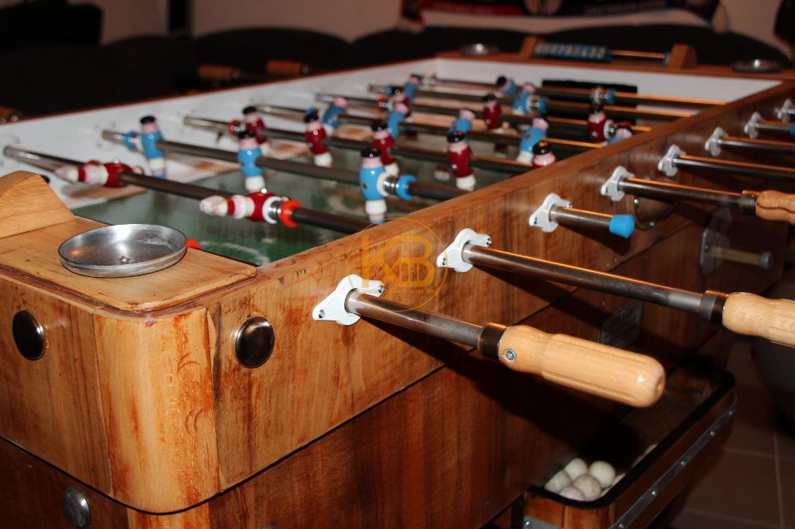 Alter Kneipen Kicker (Kröckel) Tisch aus dem Jahr 1953. Er stand von 1953 - 2014 im Großraum Bielefeld. Ich habe ihn selbst restauriert. Einzig die Spielfläche ist nicht original aber auch schon vom Vorbesitzer ca in den 60ern getauscht. 4/5