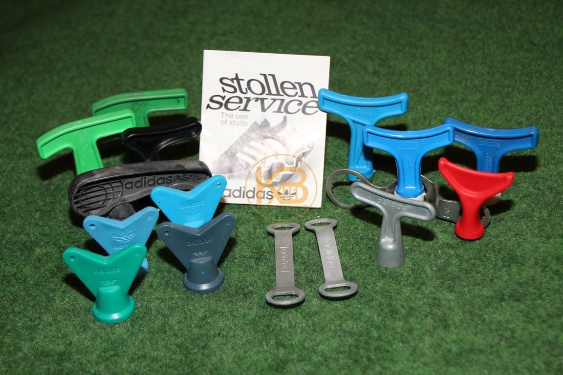 Diverse Schraubstollenschlüssel von Adidas.