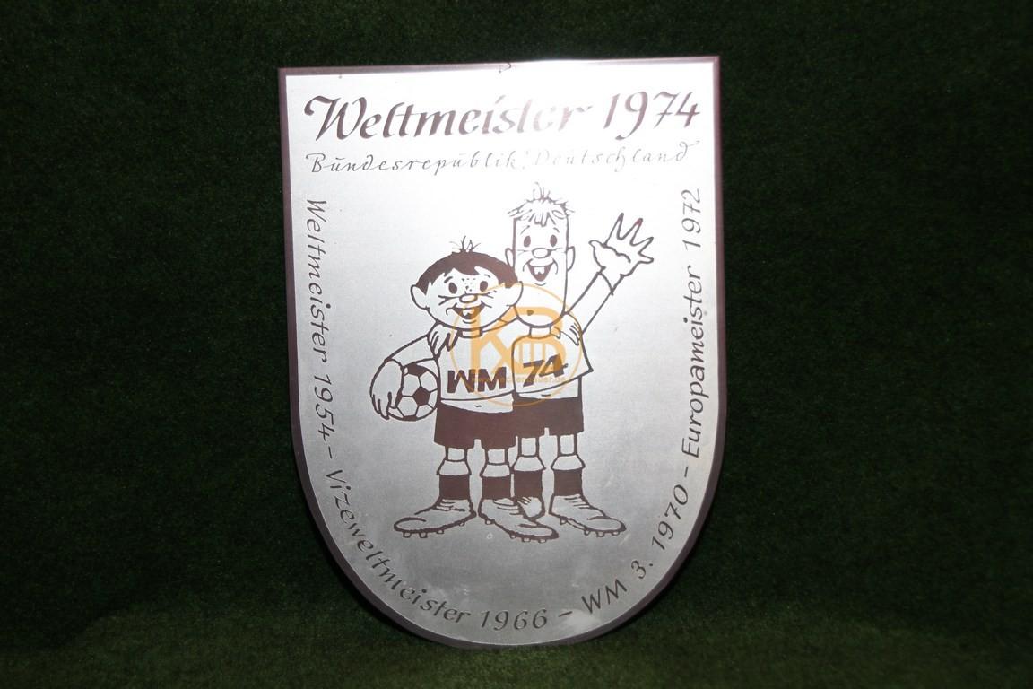Plakette zur Weltmeisterschaft 1974 in Deutschland mit den Maskottchen Tip und Tap von Zinn Becker.