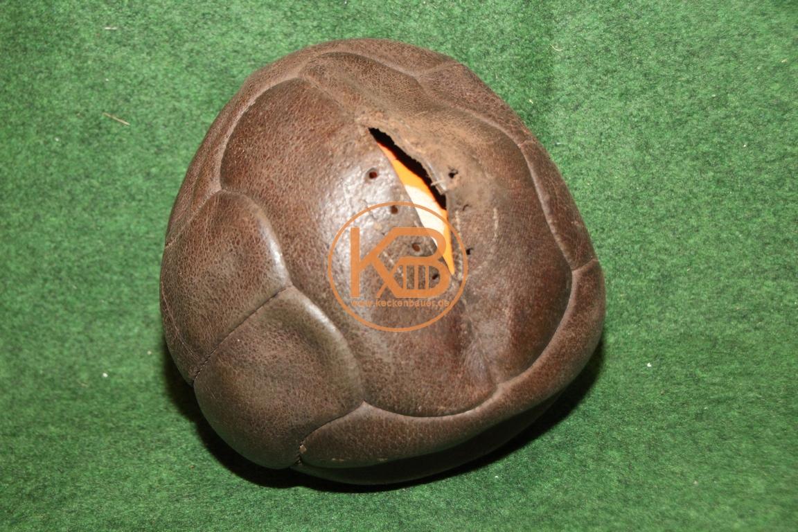Alter Fußball aus Leder vermutlich aus den 1940ern