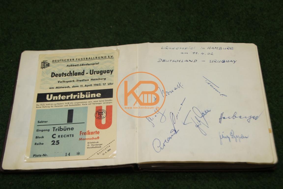 Original Eintrittskarte vom Spiel Deutschland gegen Griechenland am 22.10.1961 in Augsburg mit den original Autogrammen der deutschen Mannschaft.