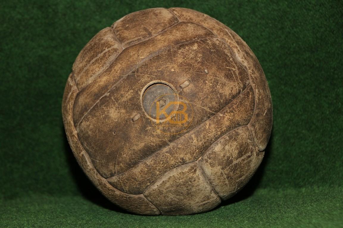 Alter Lederfußball der aus den bekannten Längsstreifen genäht ist und noch die ältere Form des Ventils hat.