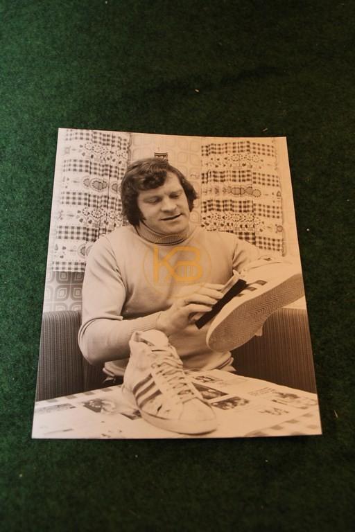 Original Foto von Pitter Danzberg bei der Schuhpflege 1975.