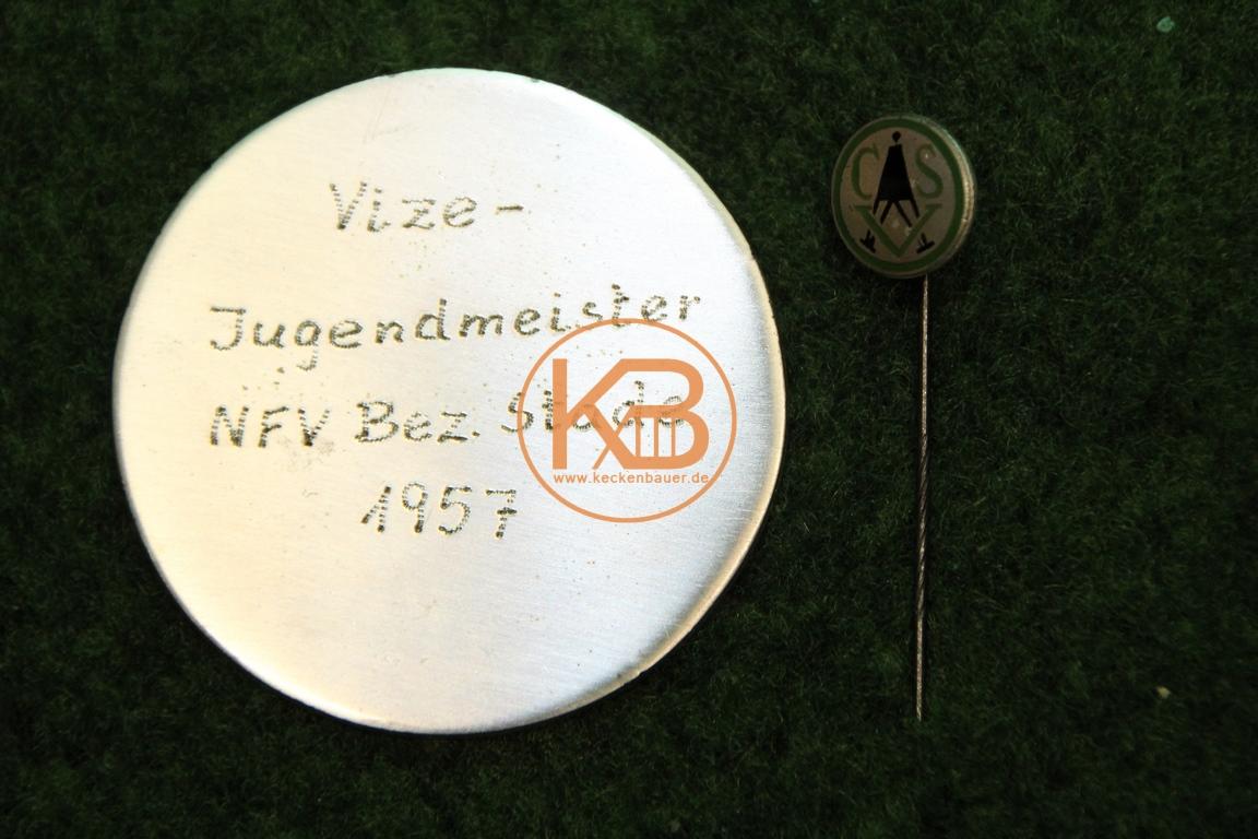 Alte Fußball Plakette im Etui  und Nadel. Vize – Jugendbezirksmeister NFV Bez. Stade 1957. 2/2