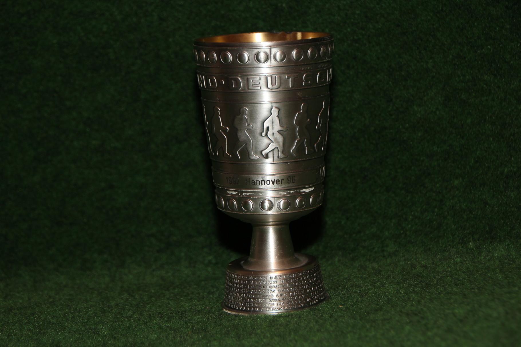 Original Miniaturnachbildung des DFB-Pokals des deutschen Pokalsiegers von Zinn Becker. In diesem Fall zum Anlass des Pokalsieges von Hannover 96.
