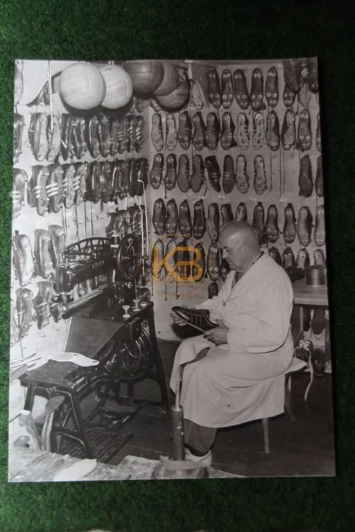 Altes original Foto eines Schuhmachers bei der Fußballschuhpflege.
