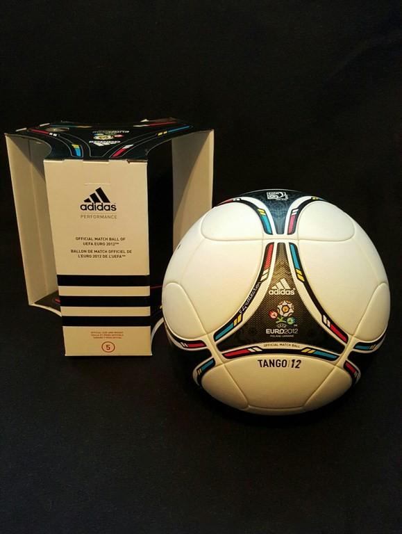 ADIDAS Tango 12 der offizielle Spielball von der EM 2012 in Polen und der Ukraine mit Originalverpackung.