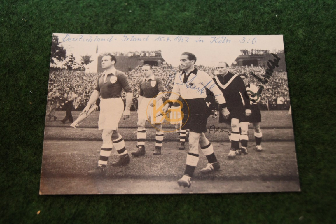 Bild aus dem Spiel Deutschland gegen Irland am 15.04.1952 in Köln mit original Autogrammen.